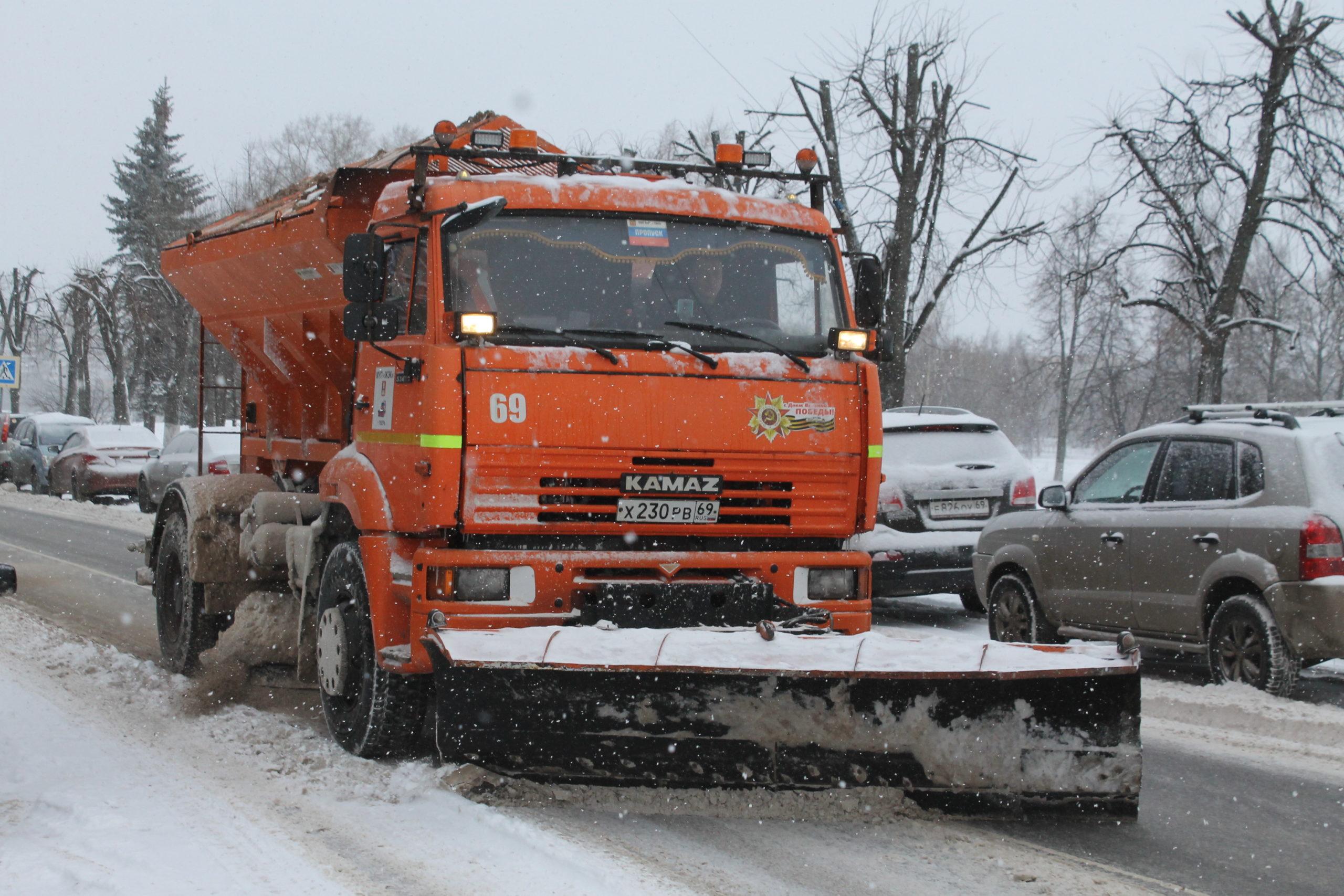 В Твери приступили к противогололедной обработке дорог