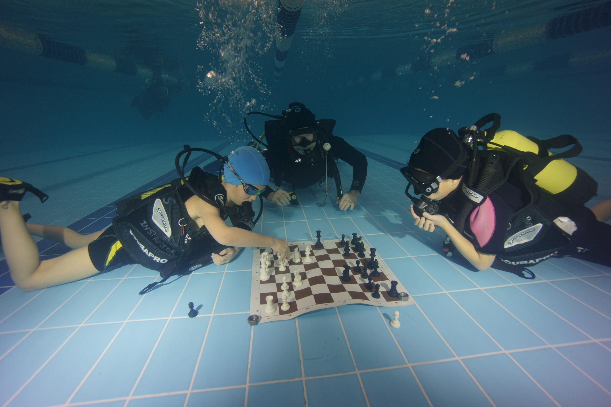 Дети сыграли в подводные шахматы в Твери