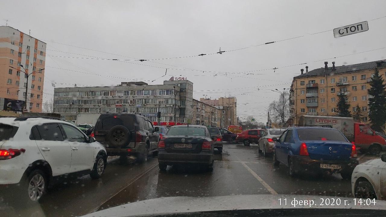 На площади Капошвара в Твери образовалась гигантская пробка