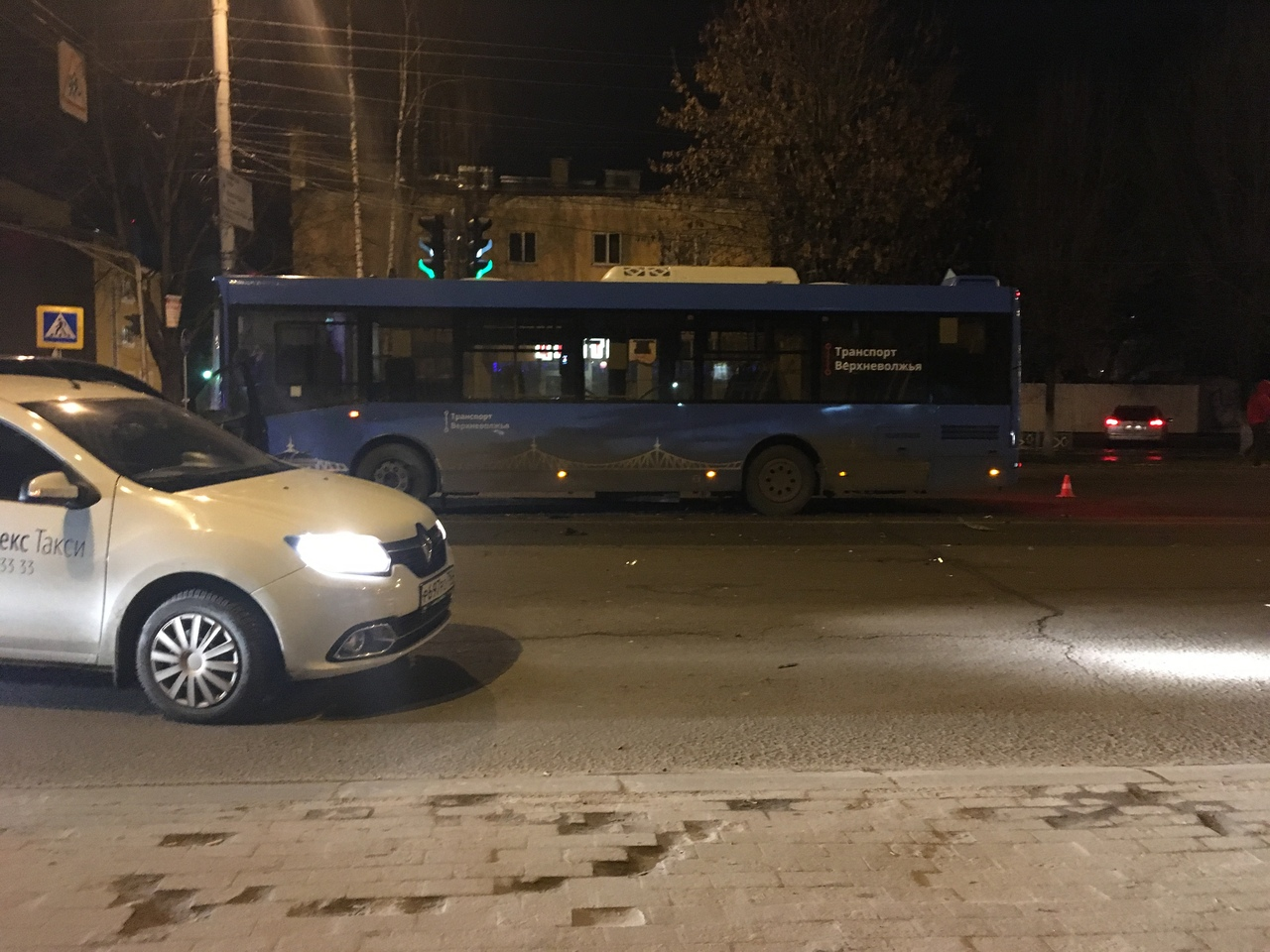 Ночью в Твери легковушка столкнулась с синим автобусом