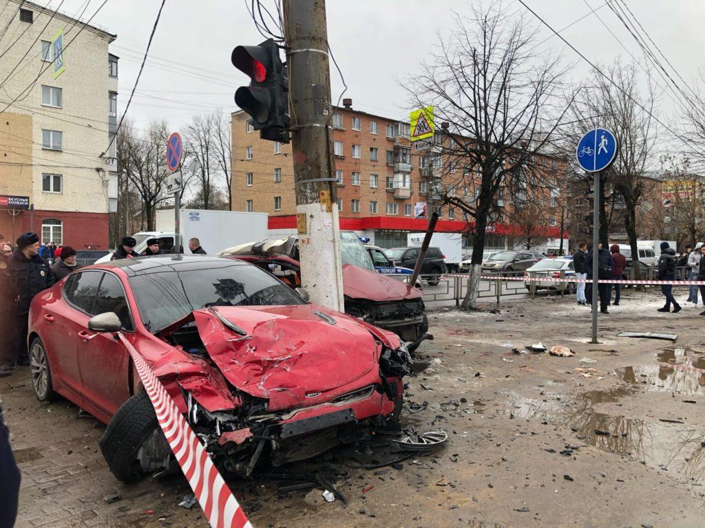 Два автомобиля врезались в группу пешеходов на тротуаре в Твери