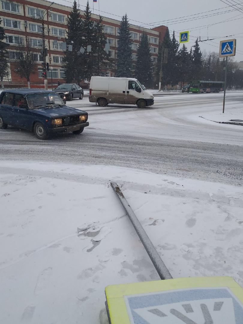 На пересечении улиц в Твери упал знак пешеходного перехода
