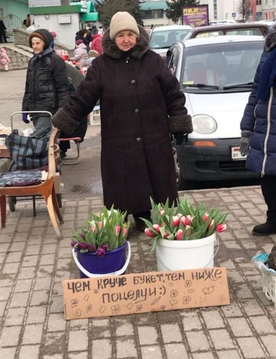 В Твери набирает популярность бабушка, которая продает цветы с юмором