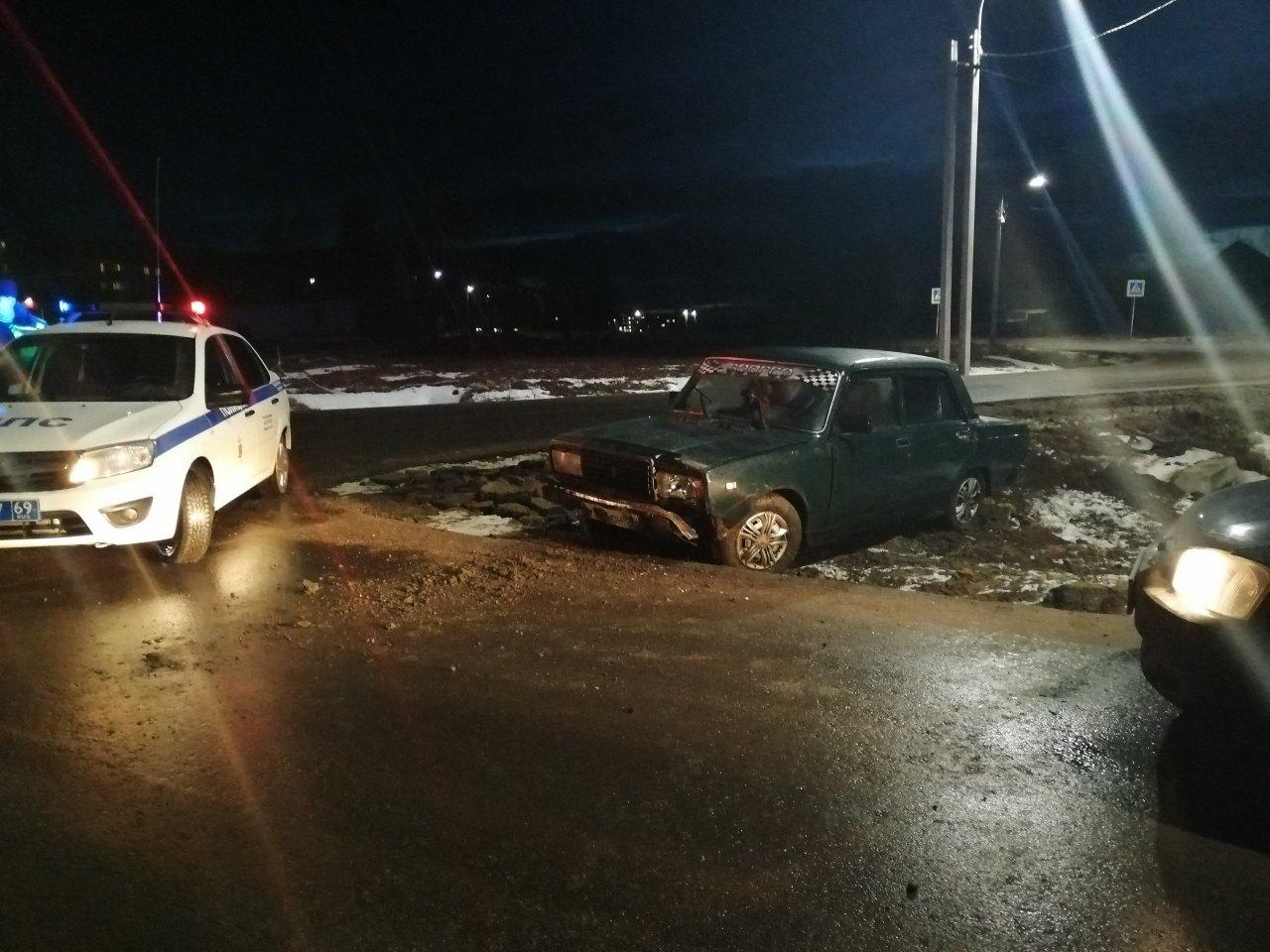 Пытаясь скрыться от ГИБДД, пьяный водитель влетел в дорожный знак