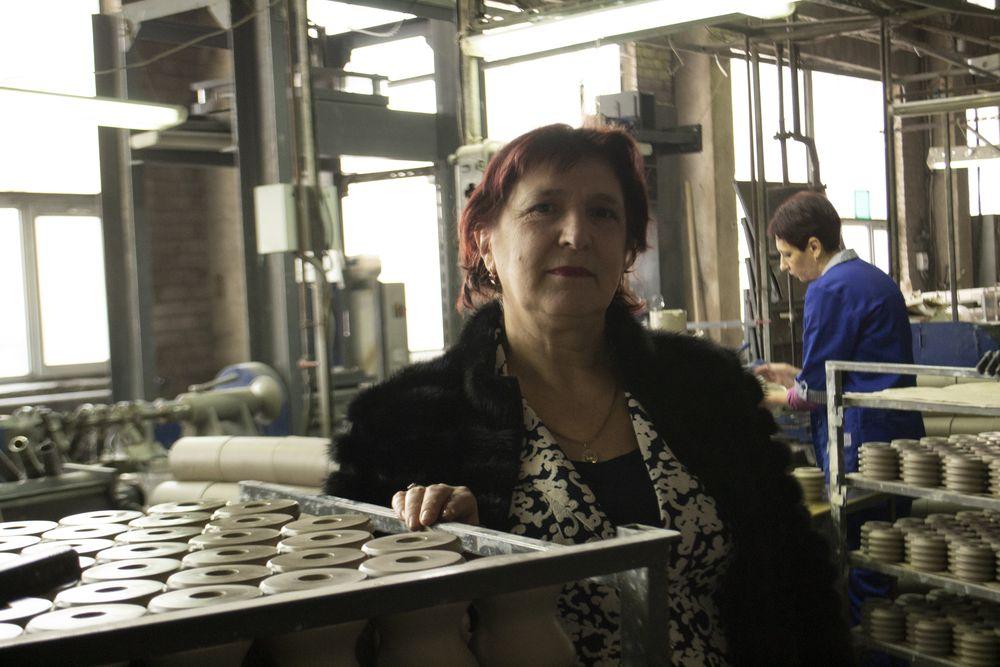 Не боги фарфор обжигают: Андреапольский фарфоровый завод отметил 75-летие