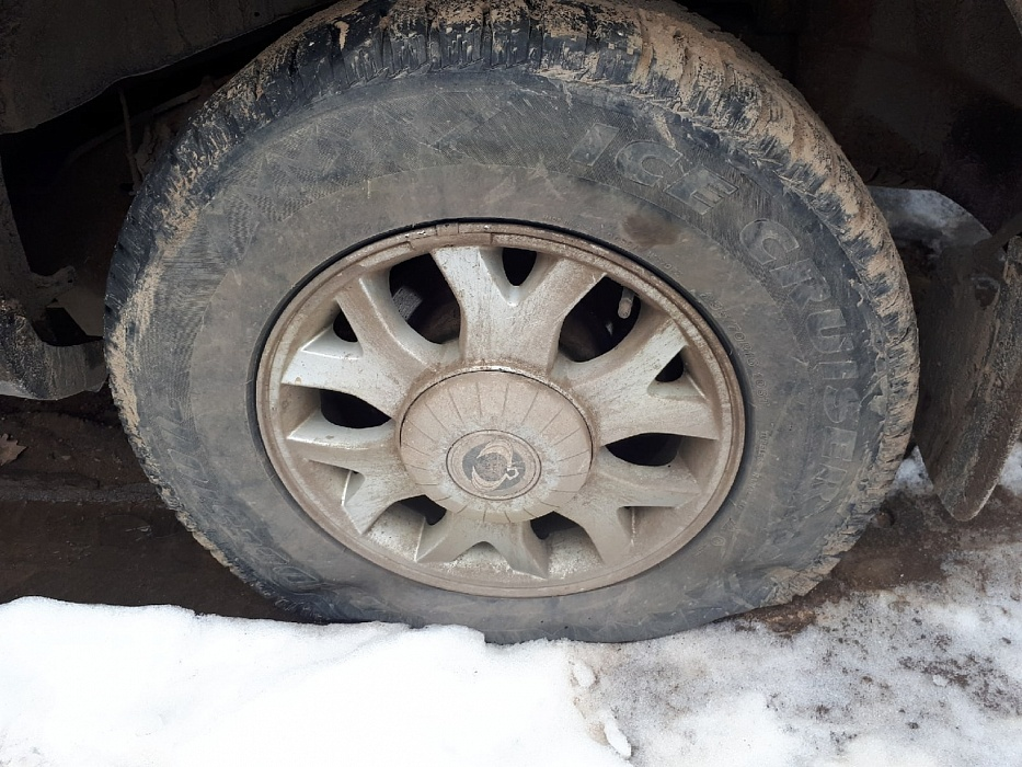 В Твери ночью неизвестные прокололи шины у пяти машин