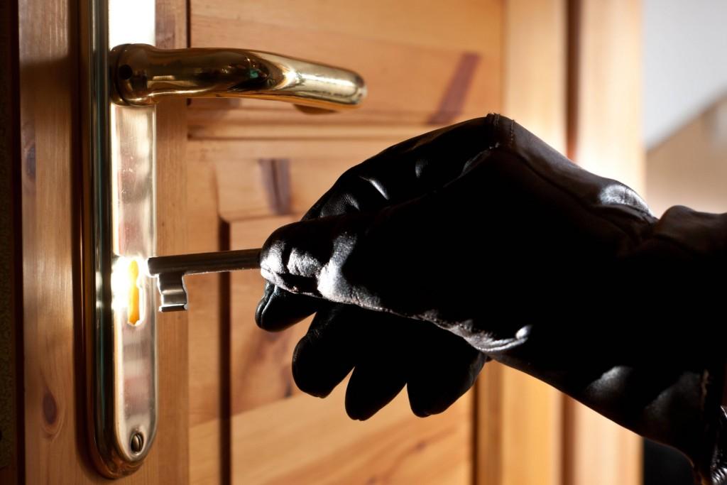 Житель Твери проник в чужую квартиру, открыв дверь найденным ключом