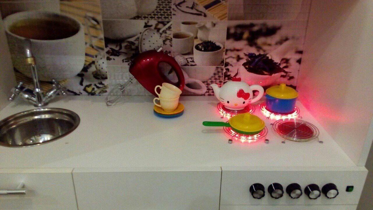 Папа сделал для любимой дочки игрушечную кухню