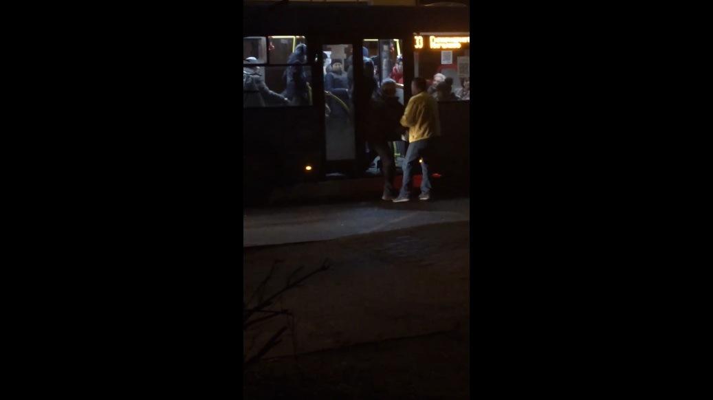 Пьяный мужчина мешал проехать автобусу в Твери