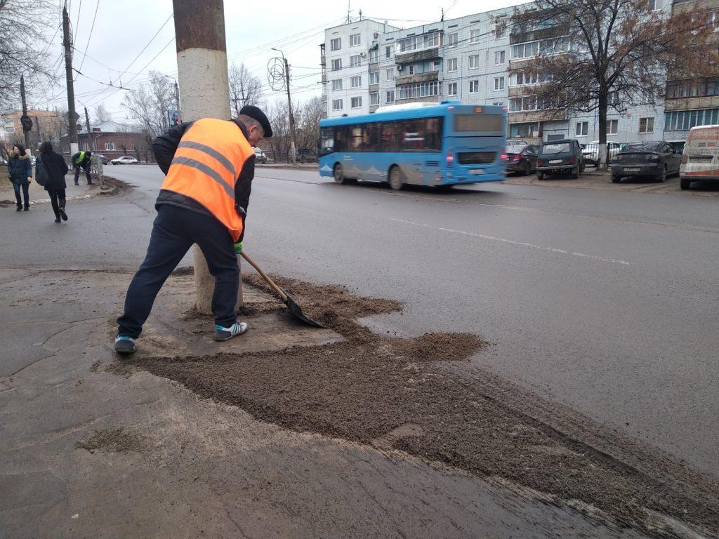 В Твери начали убирать смёт с тротуаров