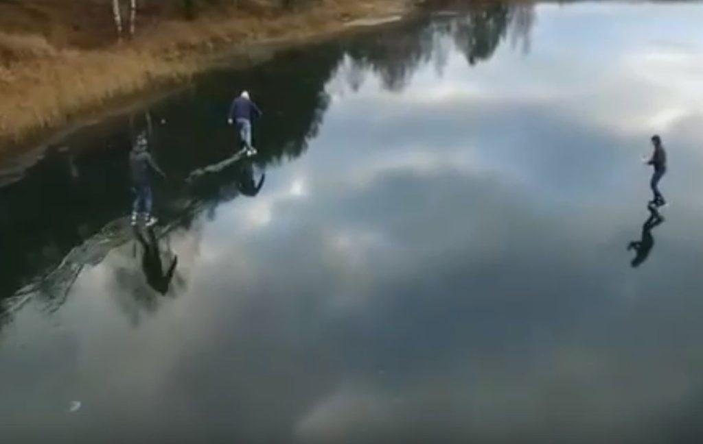 Молодые люди катались на коньках по воде в Твери