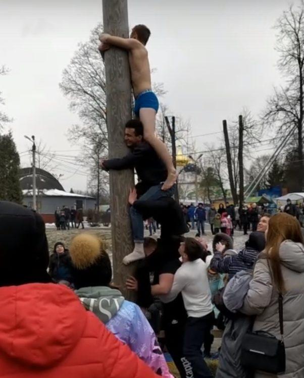 Парни устроили коллективный штурм столба с подарками в Твери