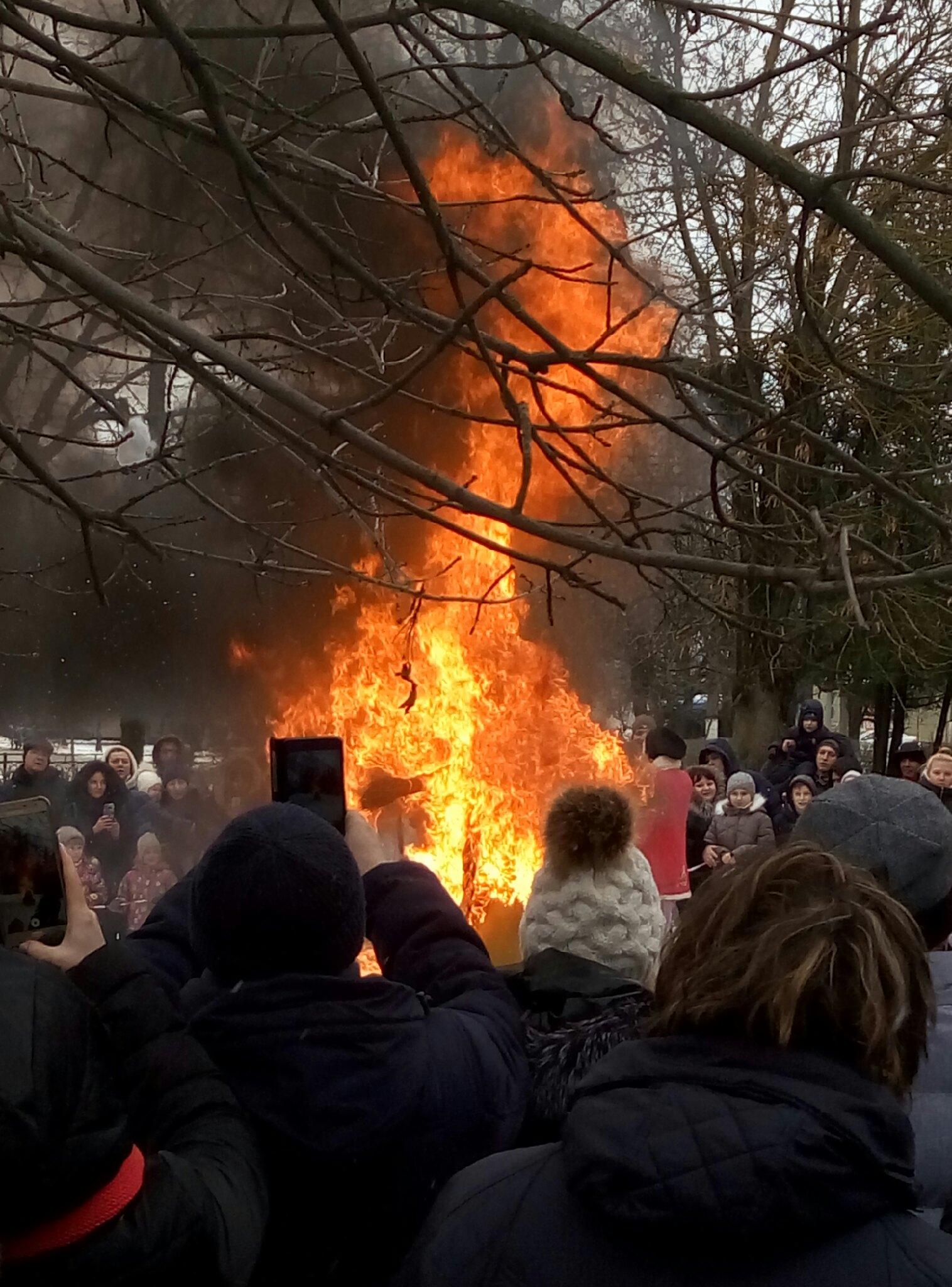 В Тверской области начали сжигать чучела Масленицы