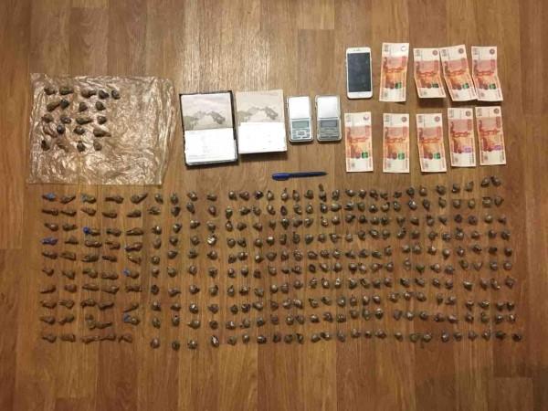 В Твери задержали наркосбытчиков с 339 свёртками наркотиков