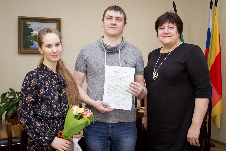 В Лихославльском районе 11 молодых семей получили свидетельства на соцвыплаты