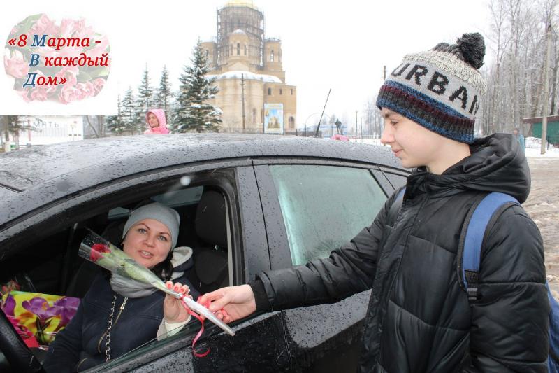 В Тверской области сотрудники ГИБДД дарят цветы женщинам за рулем