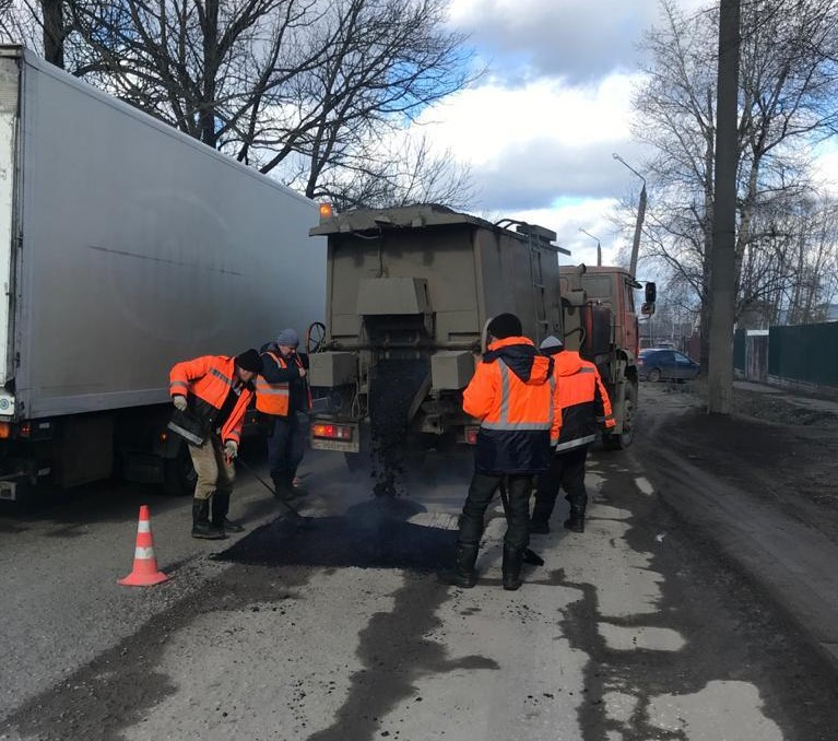 В Твери продолжают устранять повреждения на дорогах