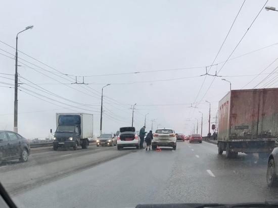 """Авария на мосту собрала пробку в """"Южном"""" в Твери"""