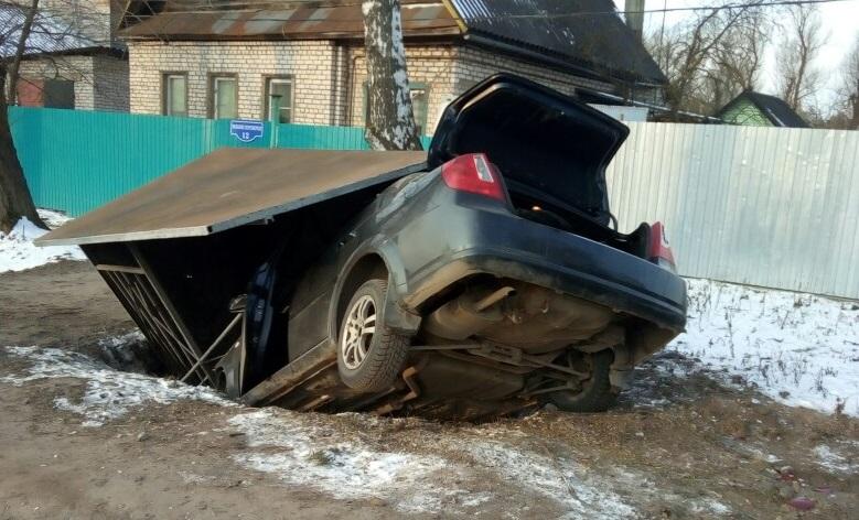 Появилось видео момента, как автомобиль снес остановку в Твери