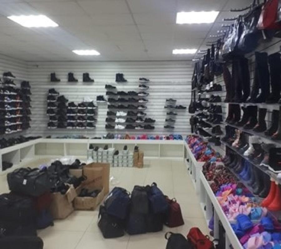 В Твери обнаружили магазин с контрафактной одеждой и обувью