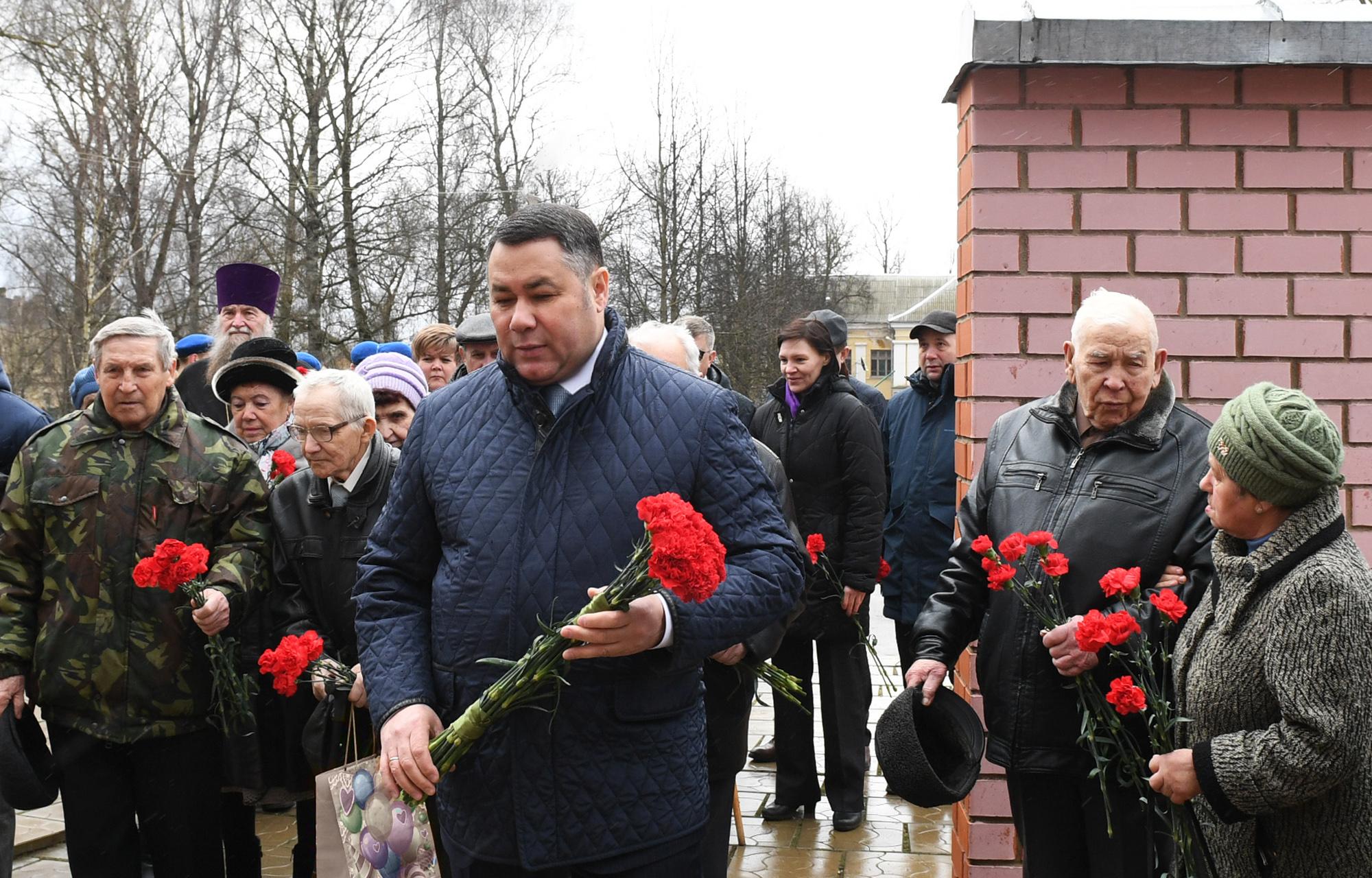 Игорь Руденя возложил цветы к мемориалу на Аллее Памяти в Торжке