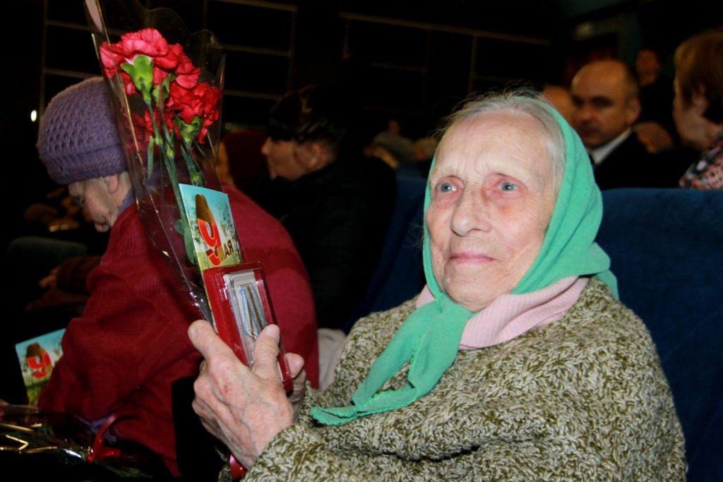 В Нелидово ветеранов наградили юбилейными медалями