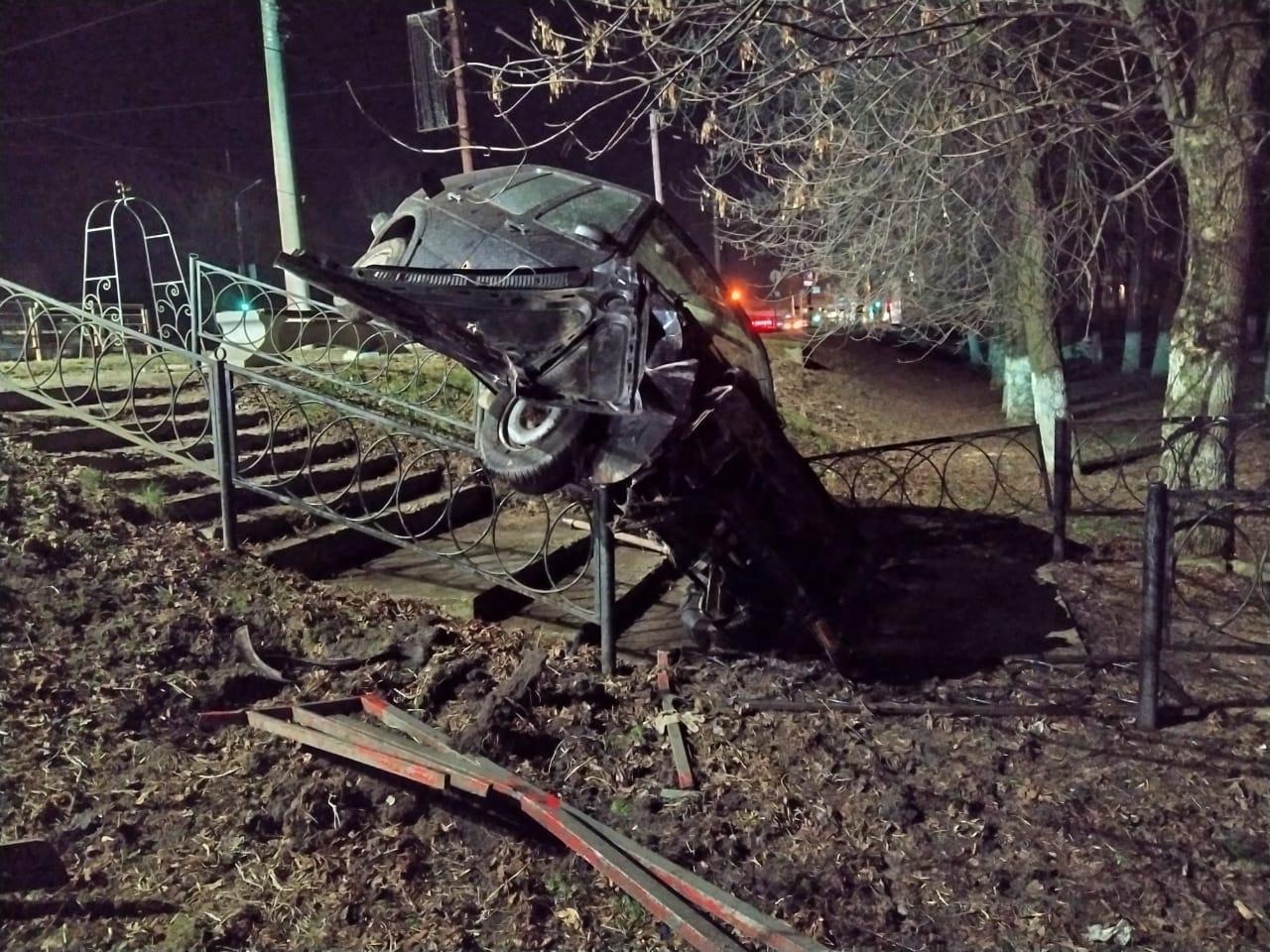 Водитель без прав припарковал автомобиль на перилах в Твери