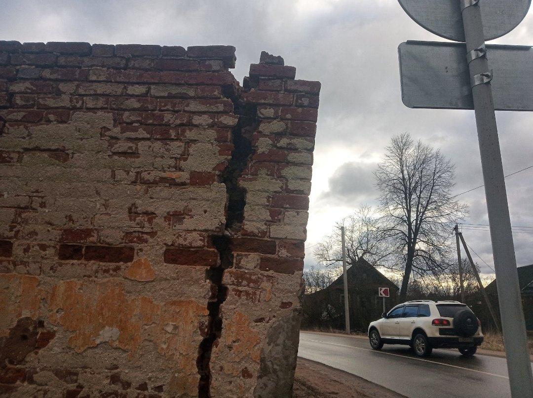 Под Тверью у объекта культурного наследия вот-вот обрушится стена