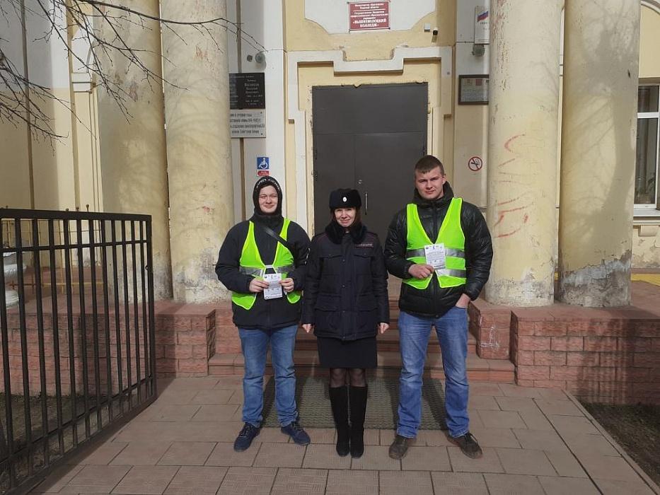 Студенты вышневолоцкого колледжа напоминали пешеходам Правила дорожного движения