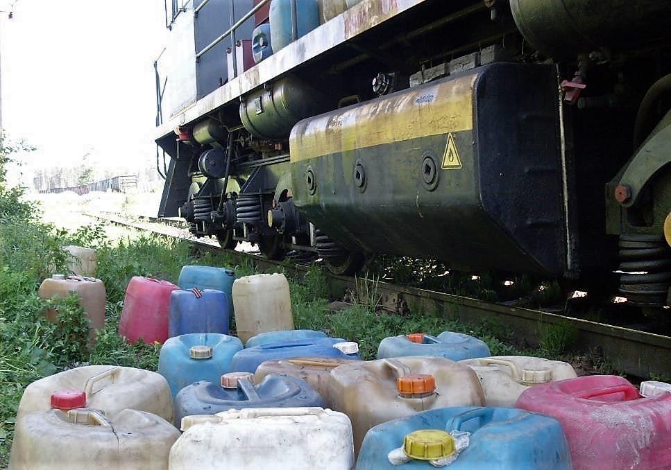 Машинист с помощником в Тверской области решили заработать на дизельном топливе