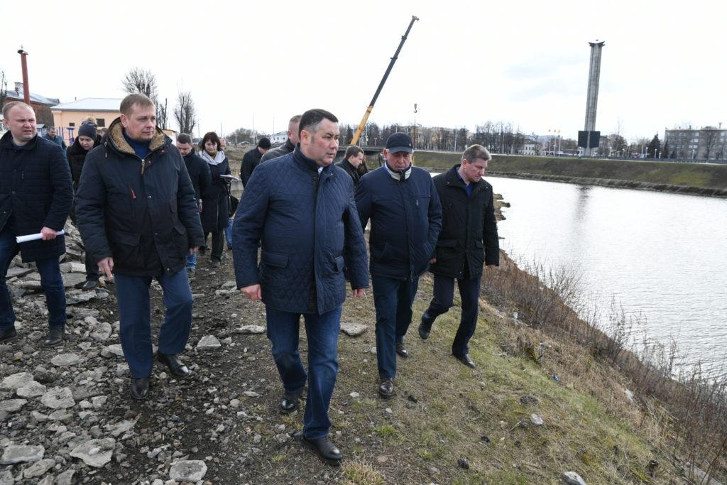 Игорь Руденя посетил площадку строительство пешеходного моста через Тьмаку в Твери