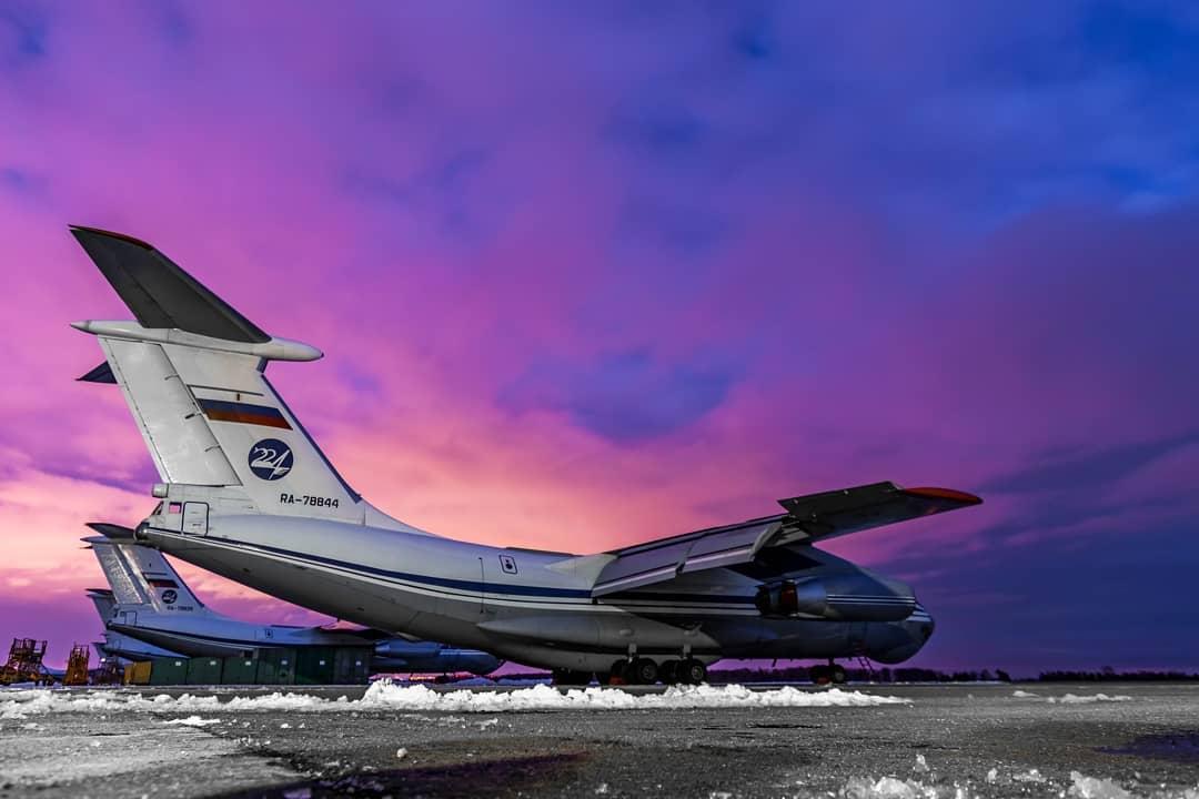 Ночные полеты самолетов над аэродромом в Твери попали на фото
