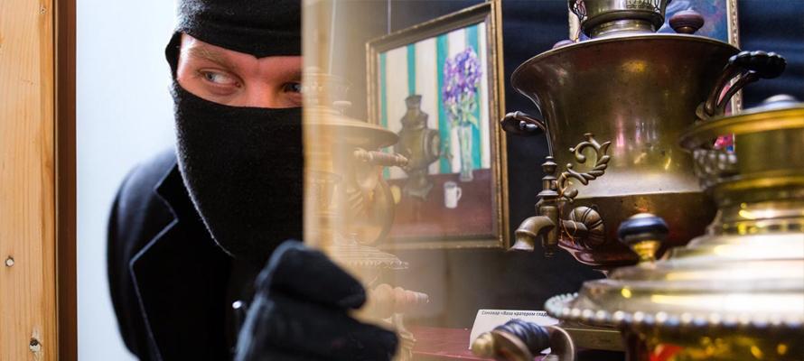 В Тверской области мужчины не смогли устоять перед самоваром и бензопилой