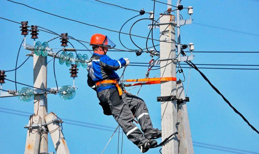 Энергетики «Россети Центр» в течение дня ликвидировали последствия двух ударов стихии в электросетевом комплексе регионов ЦФО