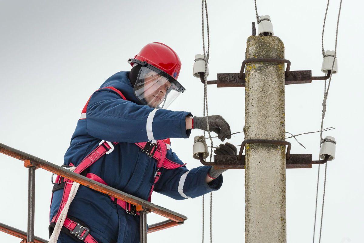 Тверские энергетики продолжают восстанавливать нарушенное ураганом электроснабжение
