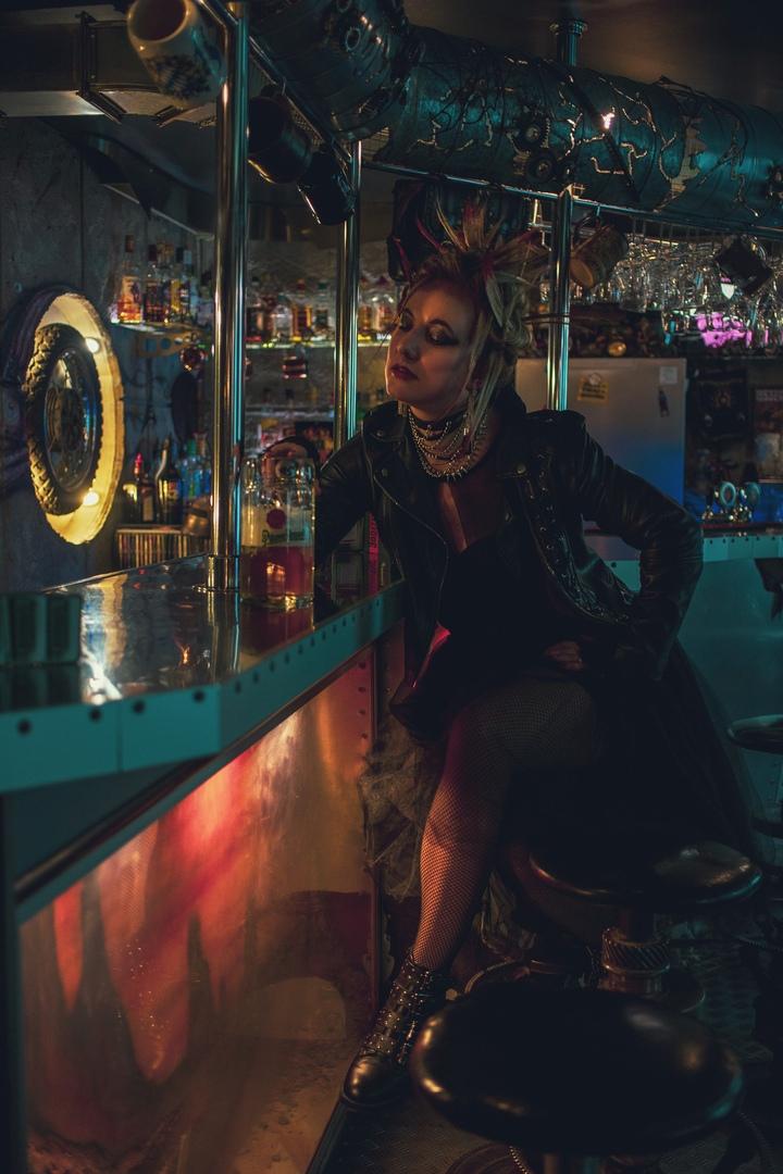 Смелая амазонка посетила  атмосферный тверской бар