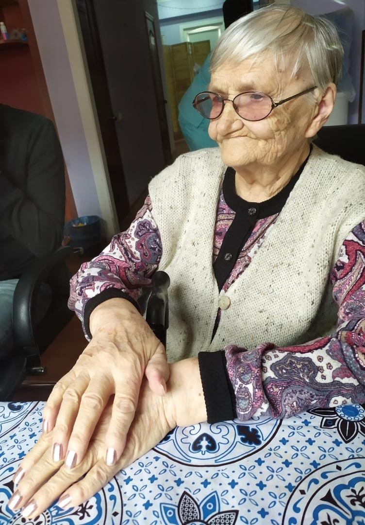 Тверским пенсионерам сделали бесплатный маникюр к 8 марту