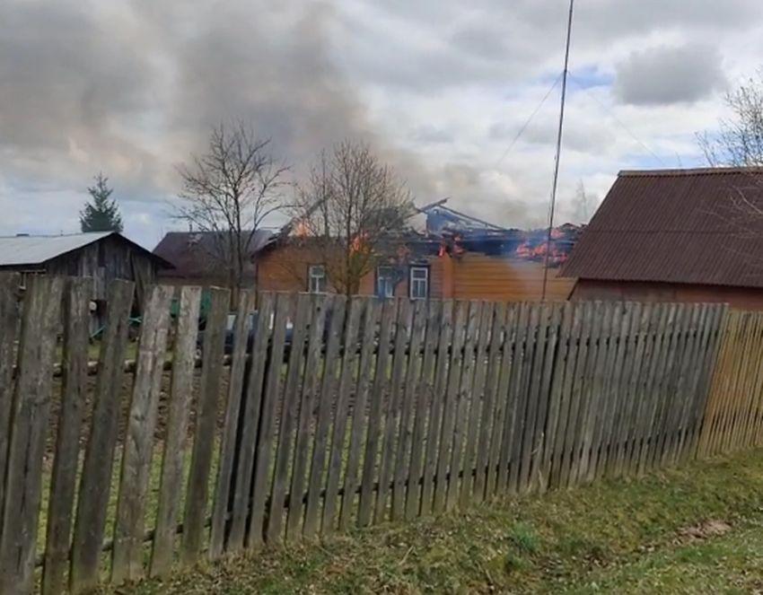 Догорающий частный дом сняли на видео в Тверской области