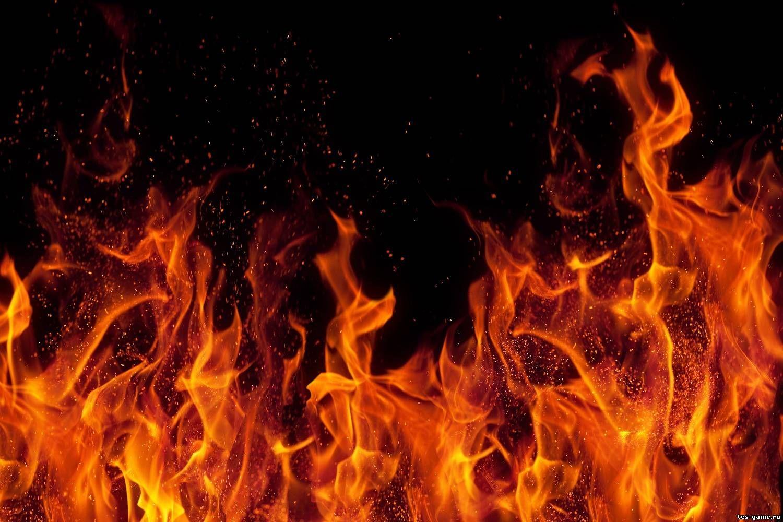 Ночной пожар охватил несколько строений в Тверской области