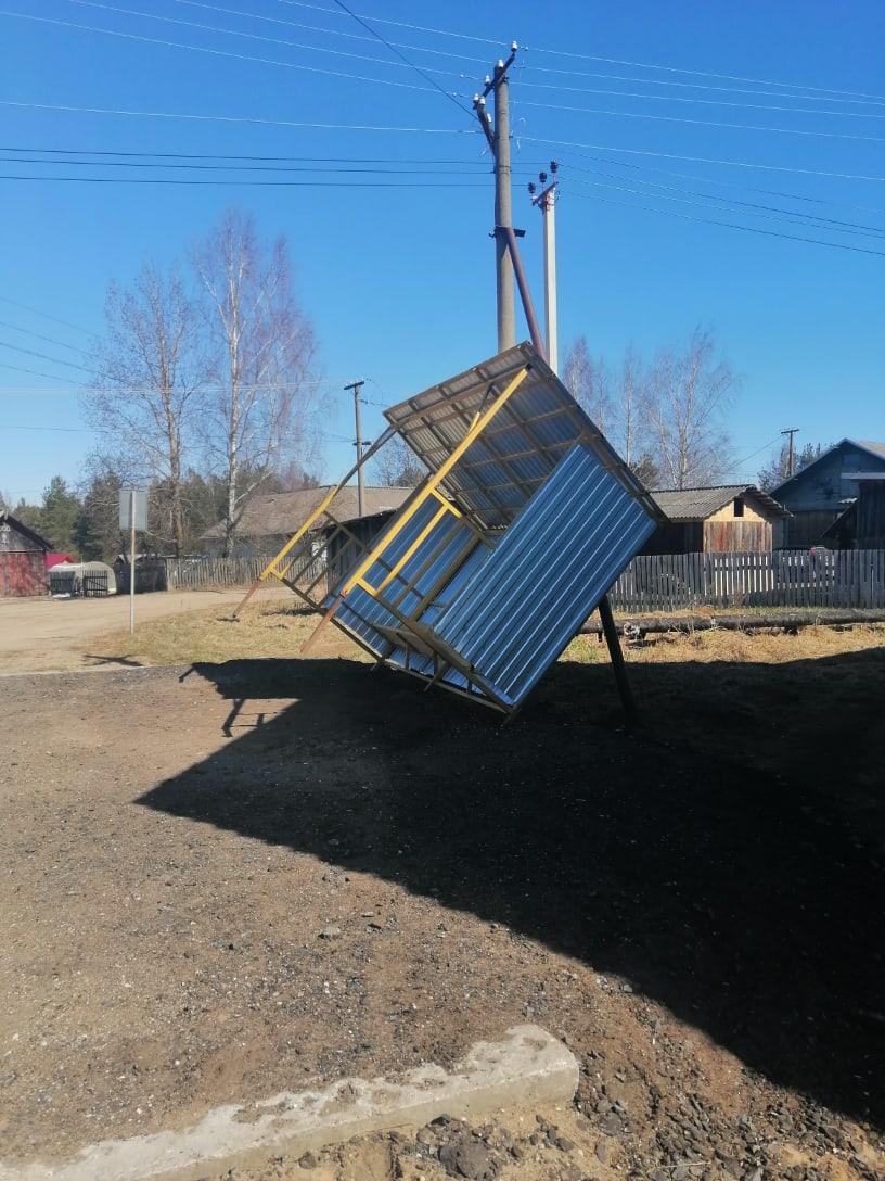В Тверской области ветер опрокинул остановку