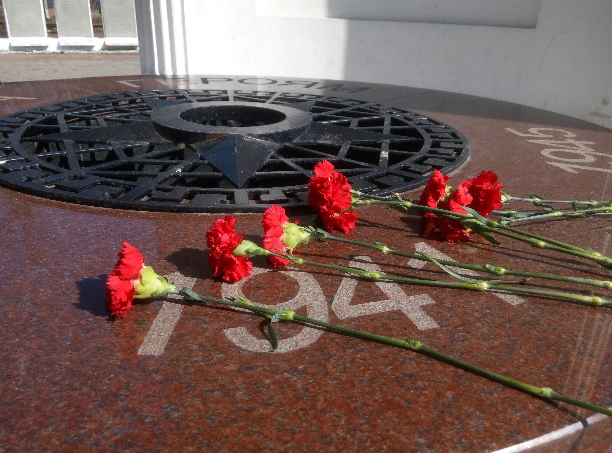 В парке Победы Твери оштукатурили и покрасили Пантеон Памяти