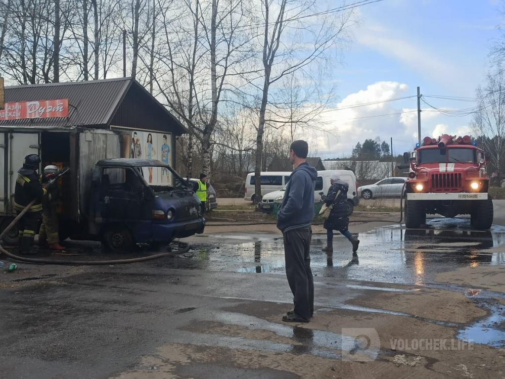 В Тверской области загорелась машина с хлебом