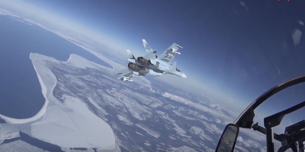 В небе над Тверской областью пилоты истребителей устроили учебные бои