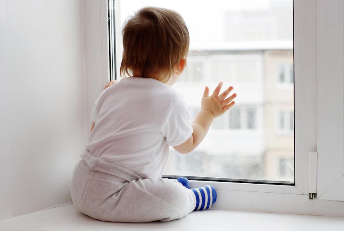 В Тверской области маленькая девочка выпала из окна и чудом осталась жива