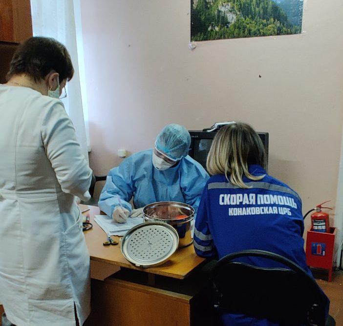 Медики показали, как проходят тест на коронавирус в Тверской области
