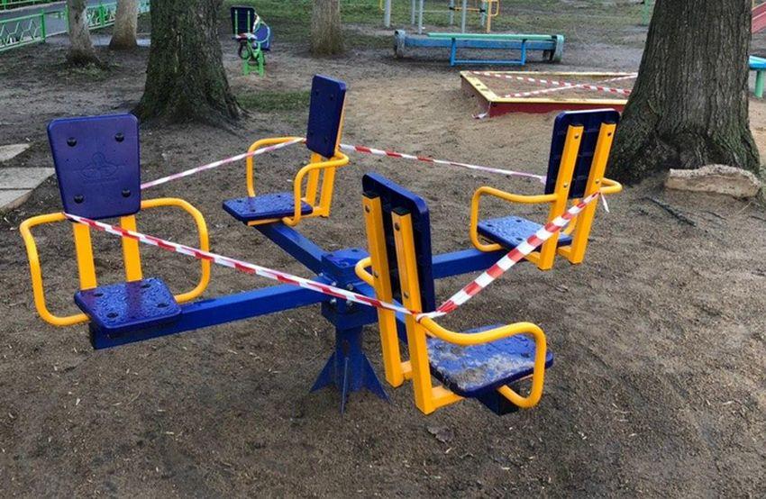 Жителям Тверской области не советуют гулять с детьми на детских площадках