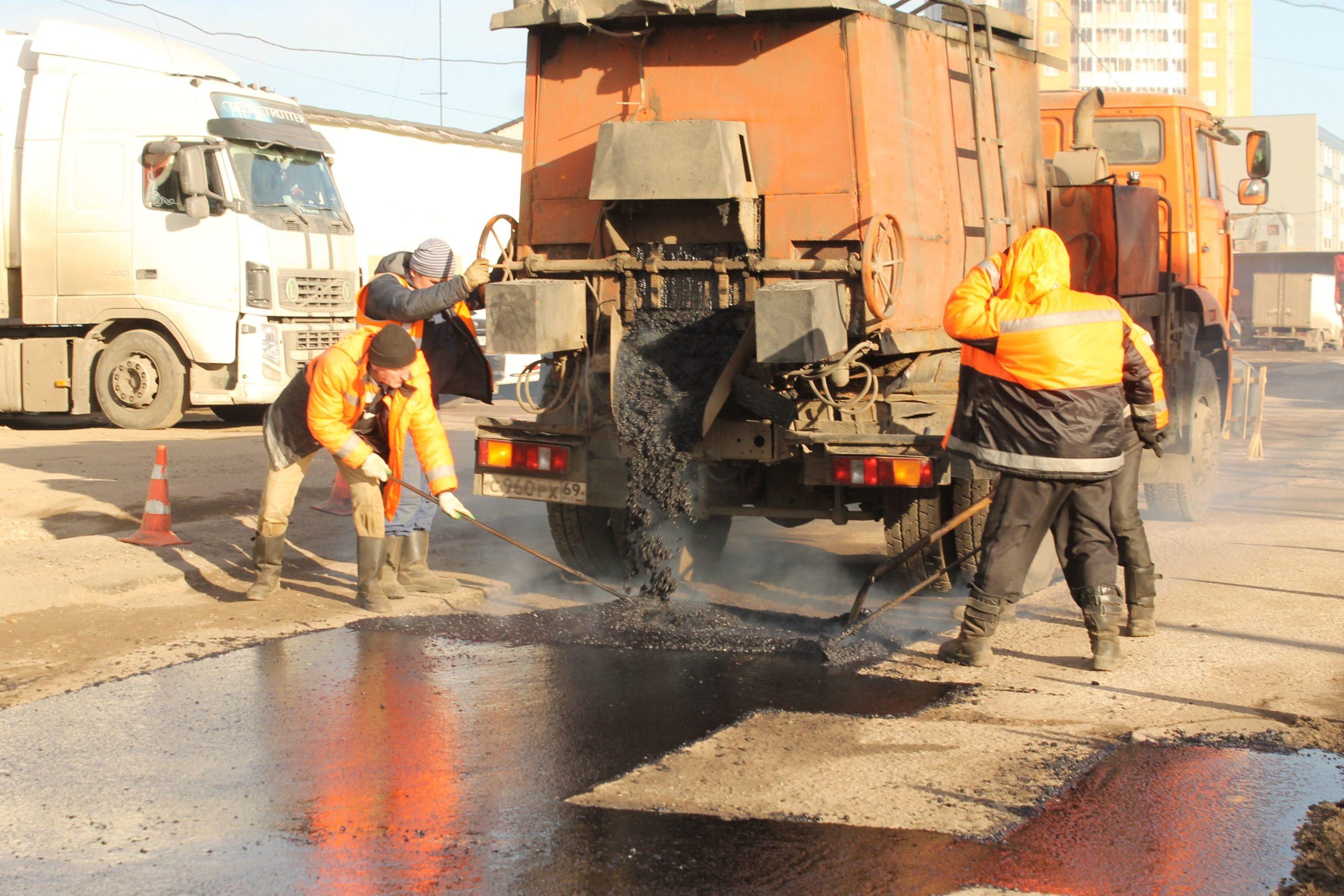 Улицы Твери ремонтируют литым асфальтобетоном