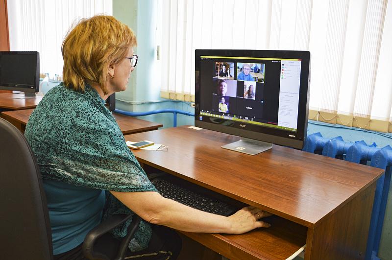 Онлайн из-под микроскопа: тверские педагоги перешли на дистанционное обучение