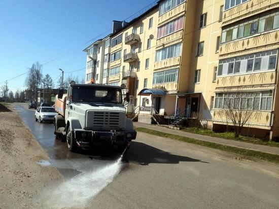 В Старицком районе продолжается обработка улиц спецраствором