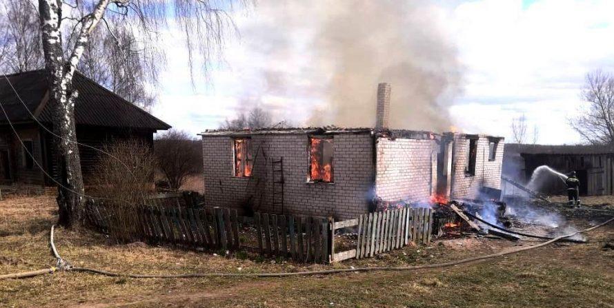 В Тверской области сгорел деревенский дом